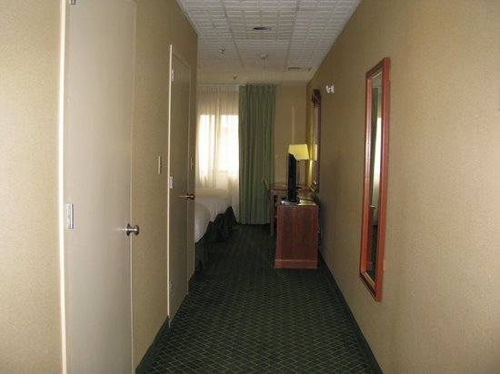Comfort Inn Syosset by Choice Hotels: Hallway leading to bedroom and living room