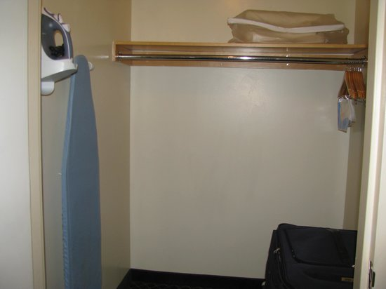 Comfort Inn Syosset by Choice Hotels : Walk-in closet