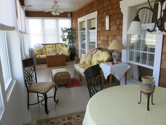 Colington Creek Inn: Boat Room porch including bedroom windows