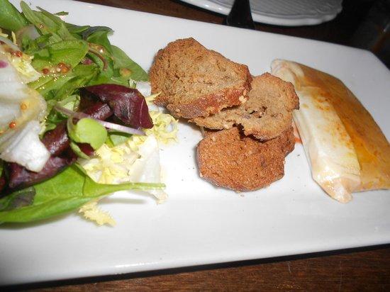 Moncho's House : Antipasto di formaggio di capra con gelatina e pane nero caldo