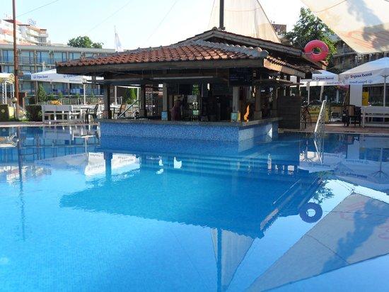 Pomorie Hotel: The pool bar