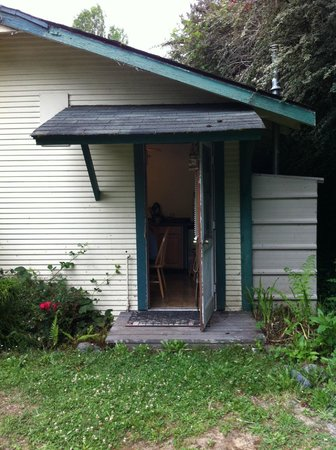 Woodland Villa Country Cabins: Dilapidated side porch