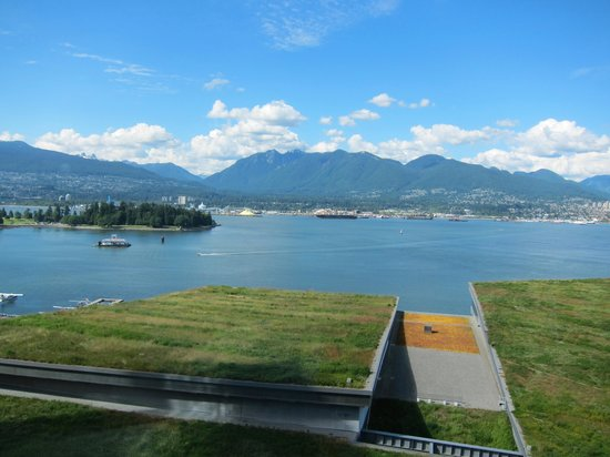 Fairmont Pacific Rim: View of the green roof of the Vancouver Convention Centre from a harbour-facing room