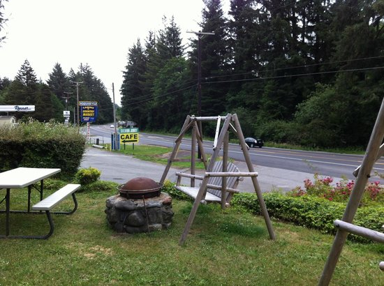 Woodland Villa Country Cabins: View from the porch of Highway 101