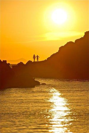 Amoudi Bay : Bagnanti al tramonto