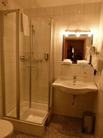Die Linde - Hotel & Landgasthof: Baño espacioso