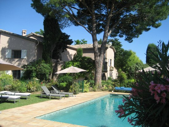 Le Mas du Chanoine: Le Mas, garden and pool