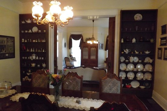Bisland House Bed and Breakfast: Dining room looking into parlor