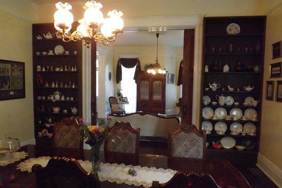 بيسلاند هاوس بد آند بركفاست: Dining room looking into parlor