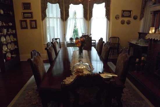 Bisland House Bed and Breakfast: Dining room from hall