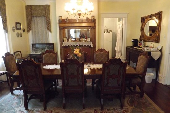 Bisland House Bed and Breakfast: Dining room from parlor