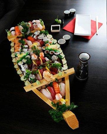 Bela Gorri - La voile rouge : bateau de sushis fait sur le moment