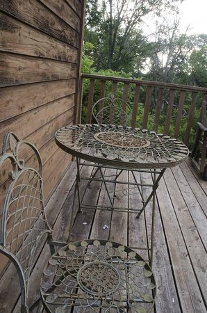 Green Tree Lodge: private deck table