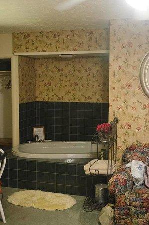 Green Tree Lodge: Jacuzzi tub area