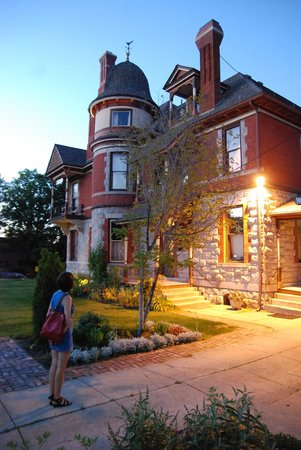 Roberts Mansion Inn & Events: Walking to dinner