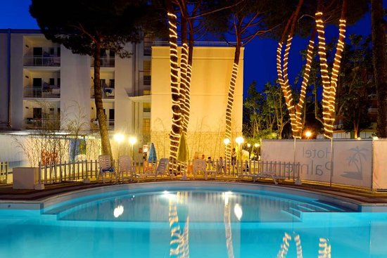 Hotel Palme: Vista notturna della piscina
