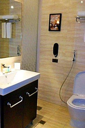 Ace Hotel & Suites: Contemporary bathroom