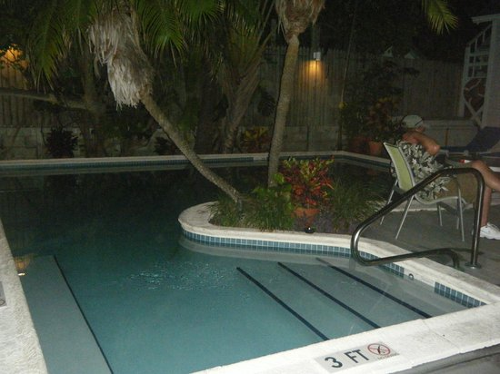 Marrero's Guest Mansion: Night time at the pool