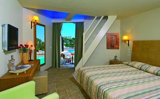 Santa Marina Beach Hotel: Family Room - Interior