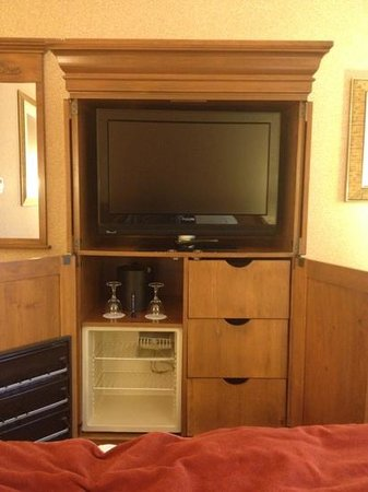 Delta Hotels by Marriott Barrington: old wood but new TV and bed sheets