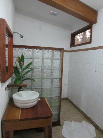 Hotel La Aldea del Halach Huinic: Waschbecken mit Dusche im Hintergrund