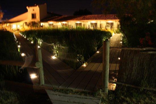 Hotel Les Arnelles : ponton d'accès aux chambres