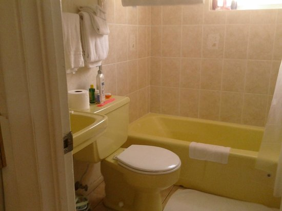 Carousel Motel: Pretty mellow yellow bathroom!