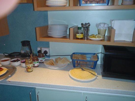 Leisure Inn: Continental breakfast