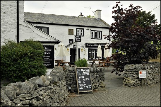 Marton Arms Hotel: Frontage and beer garden