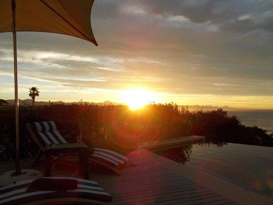 Periwinkle Guest Lodge : Sonnenaufgang beim Pool