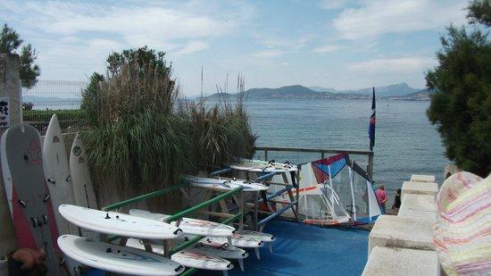 Camping International: Accés windsurfer en traversant la route........