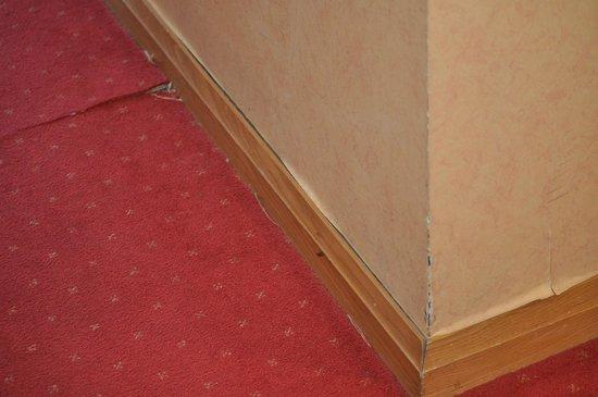 Eyre Square Hotel: shabby carpet & wallpaper