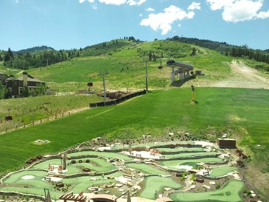 Grand Summit Hotel: View from room- slope & Mini Golf