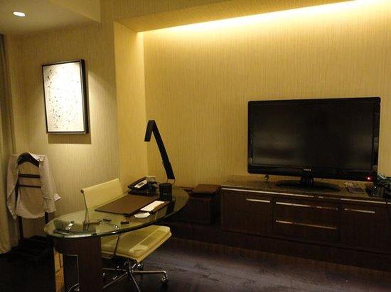 Renaissance Shanghai Putuo Hotel: Big Screen and Desk
