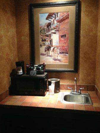 Best Western Plus Inn of Santa Fe: Wet bar area