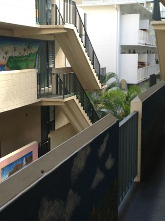 Waikiki Beachside Hostel: Looks like the ghetto but sound as a pound