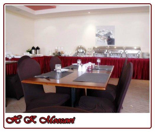Muscat Dunes Hotel: Tables At Restaurant