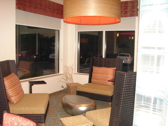 Hilton Garden Inn Nanuet: Firepit seating area