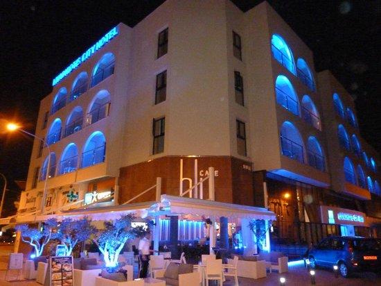 Livadhiotis City Hotel : hotel by night