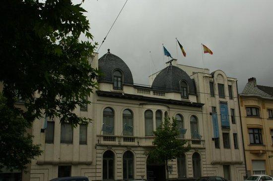 NH Gent Sint Pieters : Voorkant hotel vanaf de Koning Albertlaan gezien