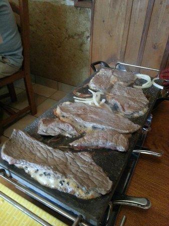 Ferme Auberge La combe aux bisons : La viande sur la pierrade