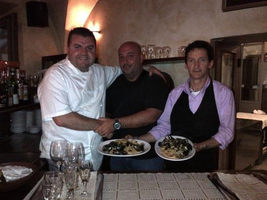 La Campagnola: Voici le grand Chef Angelo, avec son fidèle chef de rang Roby, et un client costaud et gourmand.