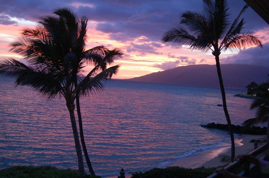 Punahoa Beach Apartments: West Maui Mountain sunset (view from lanai)