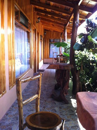 Monteverde Rustic Lodge: Path outside rooms