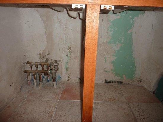 """Domaine de Piscia: l'intérieur du """"meuble de salle de bain"""""""