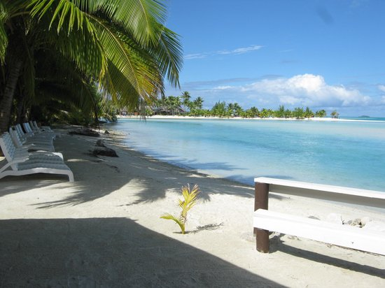 Aitutaki Village: Easy access for a swim