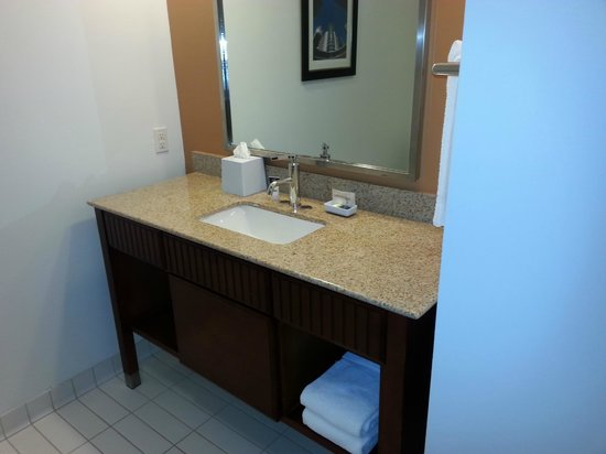 Four Points by Sheraton Houston Hobby Airport: Bathroom sink area