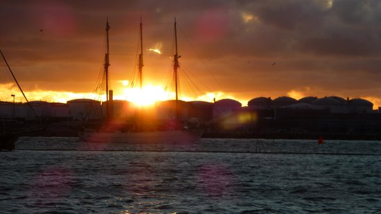 Dockyard Hotel: Sonnenuntergang an Mittsommer