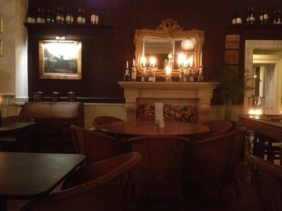Royal Hotel: Candle lit dining room
