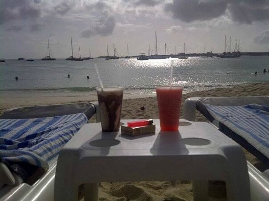 Atrium Beach Resort and Spa: Sunset drinks from Buccaneer Beach Bar on the beach at Atrium